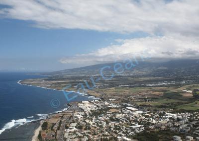 Survol de l'île de la Réunion en hélicoptère. Vue de Saint-Pierre