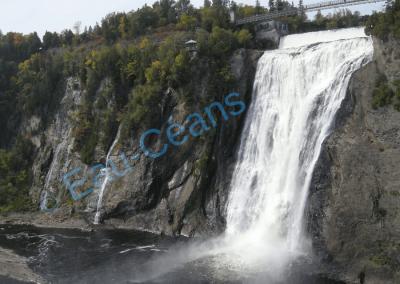 Chutes vertigineuses de Montmorency (83 mètres de hauteur) se précipitant dans le Saint-Laurent