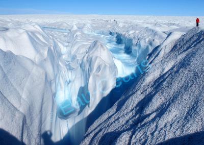 Cours d'eau qui s'engouffre dans une crevasse