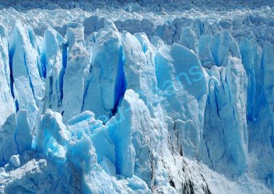 Pics sculptés par la violence des vents, le glacier offre à nos yeux une très grande variété de bleu