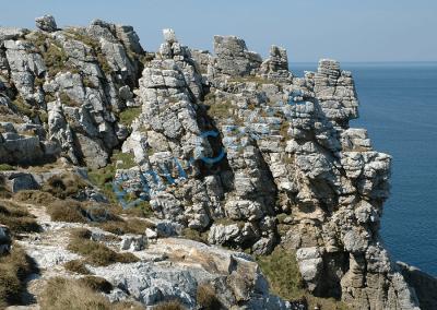 Simulacre de château fort, le granite maltraité par l'érosion, résiste autant que possible aux agressions des vents et du sel